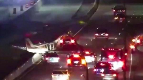 برخورد هواپیما با چند خودرو در بزرگراه به دلیل نقص فنی